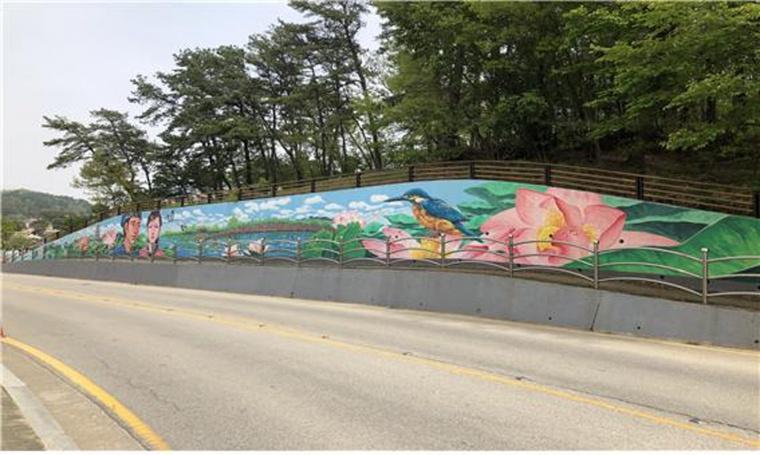 동남리 옹벽에 그려진 벽화.jpg