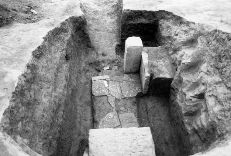 부여 능안골 고분군 50호분(1995~1996년 조사) 석재 반출된 모습.jpg